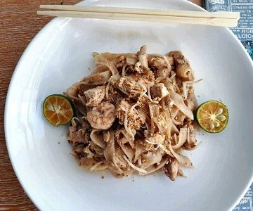 Chicken Pad Thai serve with calamansi in a plate